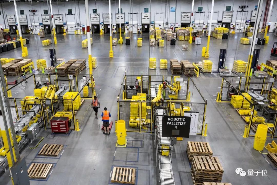 机器人失手戳破有毒喷雾,24名工人被送医院, Amazon warehouse robot accident