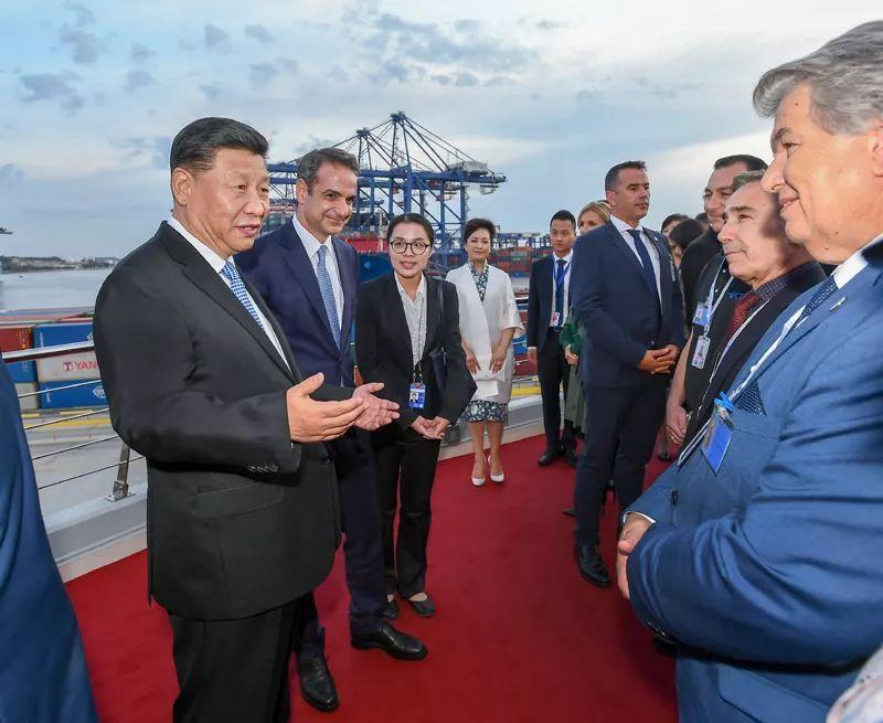 国家主席习近平和希腊总理米佐塔基斯共同参观中远海运比雷埃夫斯港项目
