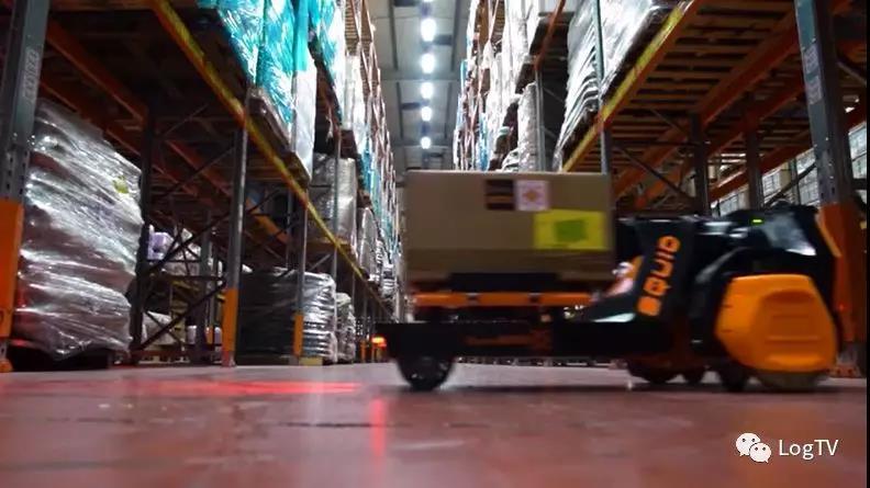 AGV有腿爬楼了!能从地板顺着货架爬到高层搬运货物……