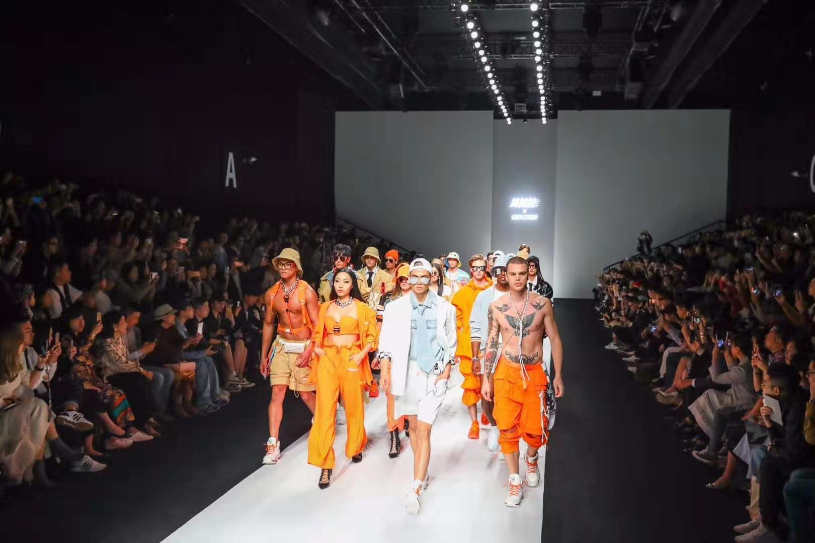 货拉拉为司机定制小橙衣 炫酷亮相上海时装周