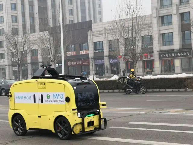 北京:无人车送餐送菜助力防疫