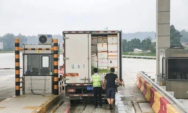 藍牌貨車拉綠通怎樣才免費?按行駛證還是18噸?交通部如何回應?